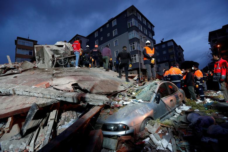 เจ้าหน้าที่กู้ภัยค้นหาผู้รอดชีวิตจากเหตุการณ์ตึกถล่มที่นครอิสตันบูล ประเทศตุรกี