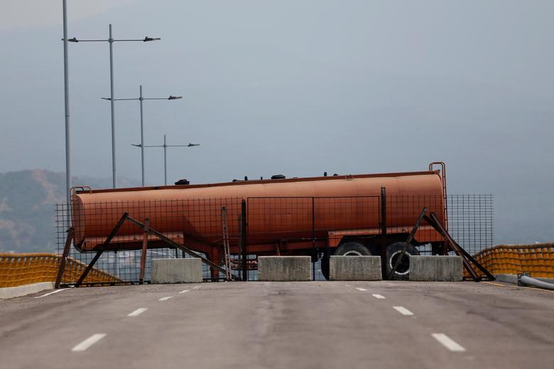 รถขนน้ำมันถูกนำมาจอดขวางที่สะพานข้ามแดนเวเนซุเอลา-โคลอมเบีย