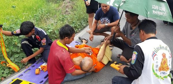 รถกระบะหลุดโค้งชนกำแพงโรงเรียนทำให้พระ-หญิงชรา บาดเจ็บ