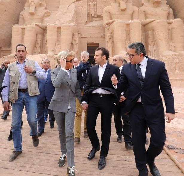 """""""บรีฌิต มาครง"""" ไม่แคร์ม็อบ! สวมสนีกเกอร์ หลุยส์ วิตตอง ทัวร์อียิปต์"""