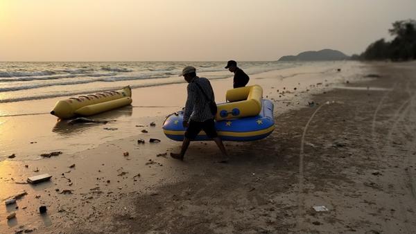 นักท่องเที่ยวผงะ..เจอขยะรับอรุณเต็มชายหาดเจ้าหลาว จ.จันทบุรี