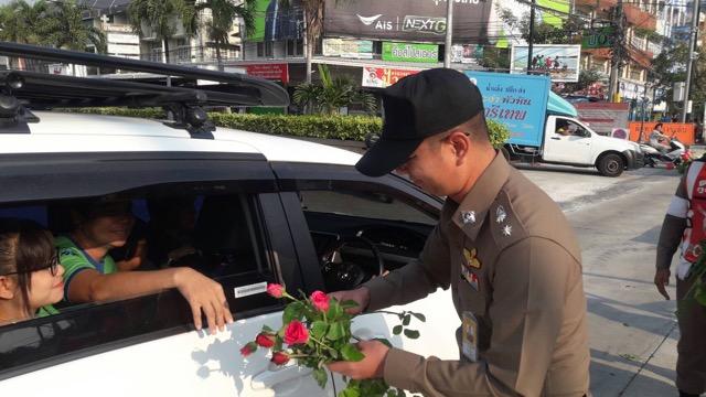 ตร. จราจร  สภ.ชะอำ ใจดี มอบดอกกุหลาบแดงแทนใบสั่ง อนุโลมไม่ต้องเสียค่าปรับ 1 วัน