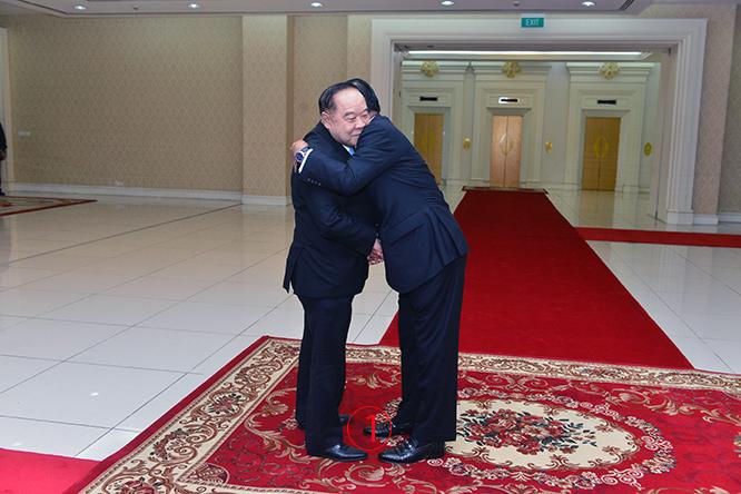 รองนายกรัฐมนตรีและรมว.กลาโหมของไทยอาจไม่คาดคิด ดูจะไม่ได้เตรียมรับสถานการณ์นี้ -- นี่คือการโอบกอดอันอบอุ่นแสดงความรักความใกล้ชิดสนิทสนม ของผู้นำคอมมิวนิสต์เก่าสายโซเวียต และ ถือเป็นการให้เกียรติอย่างสูงสำหรับบุคคลที่อยู่ต่างระดับตำแหน่งกัน. ภาพโดย เฟรชนิวส์ออนไลน์.