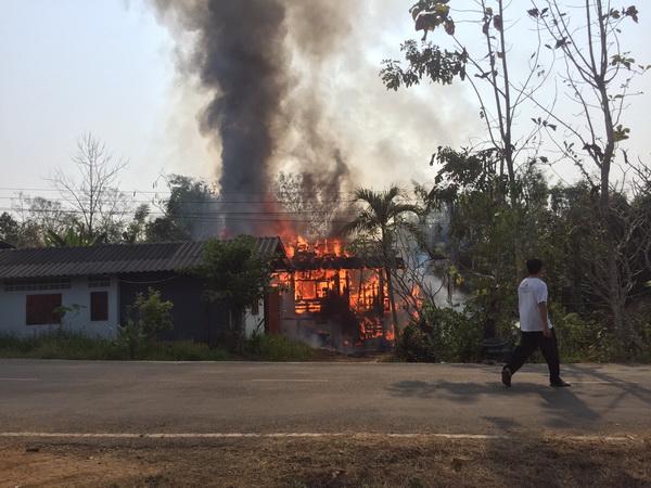 ฮีโร่ ! ไฟไหม้บ้านชายชราป่วยติดเตียงอยู่ลำพังเดชะบุญเพื่อนบ้านช่วยได้ทันหวุดหวิดถูกย่างสด