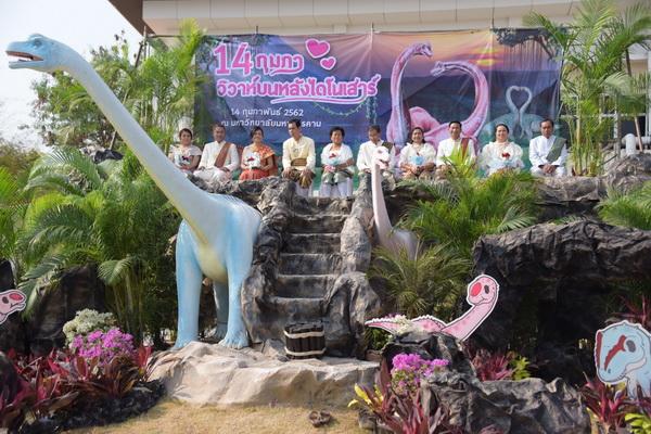 รักกันล้านปี!5คู่อายุรวม500ปีเข้าพิธีสมรสบนหลังไดโนเสาร์