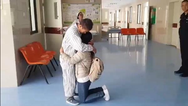 รักที่ยิ่งใหญ่!สองแม่ลูกโผกอดกันร่ำไห้กลาง รพ. หลังแม่ป่วยอัลไซเมอร์หายจากบ้านโผล่ไกลถึงคุนหมิง