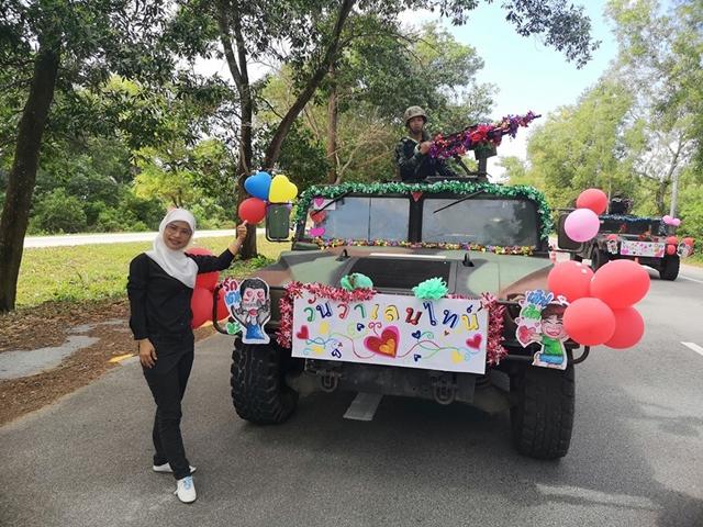 ทหารไทยหัวใจสีชมพู! ประดับตกแต่งรถถัง ด้วยรูปหัวใจและลูกโป่งเพื่อสื่อถึงความรัก