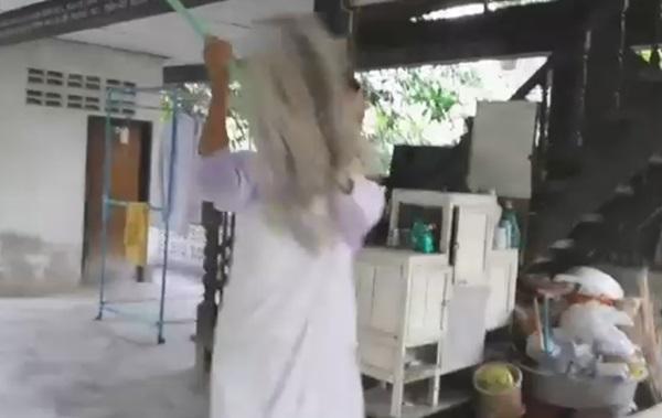 เปิดคลิปแม่ชีหัวร้อนใช้ไม้ถูพื้นจะตีตัวแทน Watch Dogs Thailand
