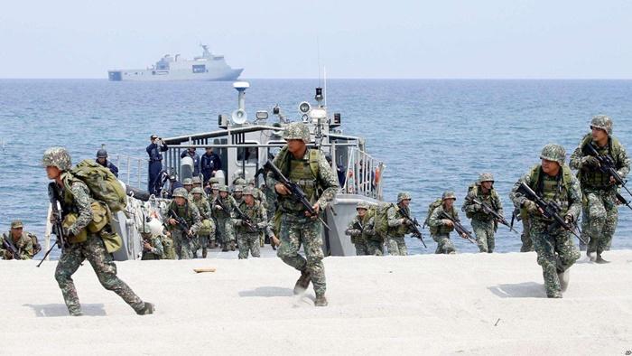 <i>ทหารนาวิกโยธินของฟิลิปปินส์และของสหรัฐฯ ยกพลขึ้นบกที่ชายหาดแห่งหนึ่ง โดยเป็นส่วนหนึ่งของการซ้อมรบสะเทินน้ำสะเทินบกเมื่อวันที่ 9 พ.ค. 2018 ที่ศูนย์ฝึกของฟิลิปปินส์ซึ่งอยู่ติดทะเลจีนใต้ </i>