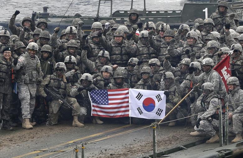 ทหารสหรัฐฯ และเกาหลีใต้เข้าร่วมปฏิบัติการซ้อมรบเพื่อป้องกันการรุกรานจากเกาหลีเหนือที่เมืองยอนชอน เมื่อเดือน ธ.ค. ปี 2015 (แฟ้มภาพ – AP)