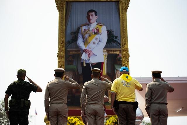 นายกรัฐมนตรี พล.อ.ประยุทธ์ จันทร์โอชา  ของไทย พล.อ.อภิรัชต์ คงสมพงษ์ ผู้บัญชาการทหารบก และเจ้าหน้าที่คนอื่นๆ ยืนถวายความเคารพหน้าพระฉายาลักษณ์ของสมเด็จพระเจ้าอยู่หัวมหาวชิราลงกรณ์ บดินทรเทพยวรางกูร ก่อนการฝึกจัดการภัยพิบัติที่ค่ายทหารแห่งหนึ่งในลพบุรี (14 ก.พ.)