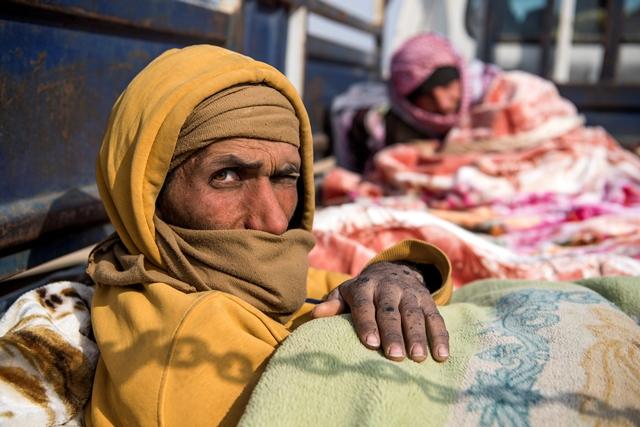 พลเรือนที่หลบหนีมาจากพื้นที่บากูซในจังหวัดเดอีร์อัสซอร์ทางตะวันออกของซีเรียกำลังนั่งบนรถกระบะ (14 ก.พ.) ในระหว่างปฏิบัติการของกองกำลังประชาธิปไตยซีเรีย (เอสดีเอฟ) เพื่อขับไล่นักรบญิฮาดกลุ่มรัฐอิสลาม (ไอเอส) หลายร้อยคนออกจากพื้นที่นี้