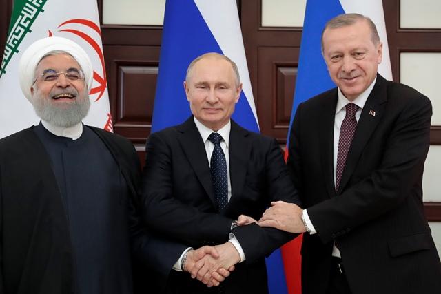 ประธานาธิบดี วลาดิมีร์ ปูติน ของรัสเซีย (กลาง) ประธานาธิบดี เรเซป ตัยยิป แอร์โดอัน ของตุรกี (ขวา) และประธานาธิบดี ฮัสซัน โรฮานี ของอิหร่านยืนถ่ายรูปร่วมกันก่อนกาประชุมสามฝ่ายว่าด้วยซีเรียในเมืองตากอากาศโซชิริมทะเลดำ (14 ก.พ.)