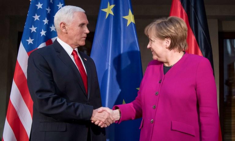 <i>นายกรัฐมนตรีเยอรมนี อังเกลา แมร์เคิล (ขวา) กับ รองประธานาธิบดีสหรัฐฯ ไมค์ เพนซ์ จับมือกันในช่วงเวลาถ่ายภาพระหว่างเข้าร่วมเวทีการประชุมความมั่นคงมิวนิก ในเมืองมิวนิก ทางภาคใต้ของเยอรมนี เมื่อวันเสาร์ (16 ก.พ.) โดยในตอนที่ทั้งสองขึ้นเวทีกล่าวคำปราศรัยนั้น  ได้แสดงความคิดเห็นที่แตกต่างกันในประเด็นจำนวนมาก และสะท้อนให้เห็นถึงความร้าวฉานระหว่างยุโรปกับอเมริกาในยุคของทรัมป์ </i>
