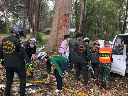 กระบะชาวแม่สอด เสียหลักชนต้นไม้ข้างทางลำปาง รถพังยับดับคาซาก 2 เจ็บ 1
