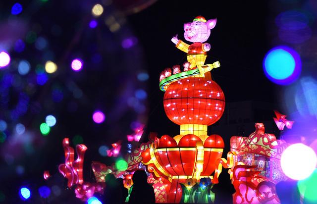 โคมไฟ ที่พลาซ่าในเขตอี้หยวน เมืองจื่อปั่ว มณฑลซานตง  (ภาพไชน่าเดลี)