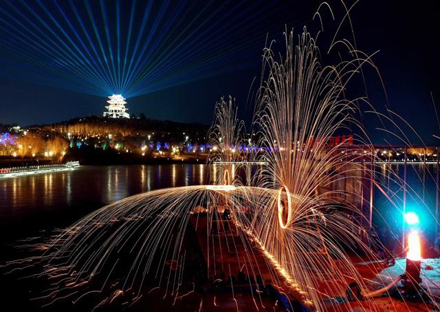 งานเทศกาลโคมไฟ ที่อุทยานหนานหู ในเมืองถังซาน มณฑลเหอเป่ยตอนเหนือของจีน (ภาพไชน่าเดลี)