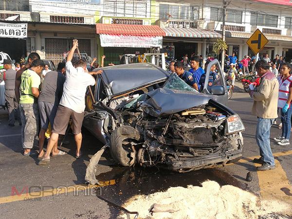 เกิดเหตุกระบะหลับในชนประสานงารถเทรลเลอร์กลางถนนที่สงขลา