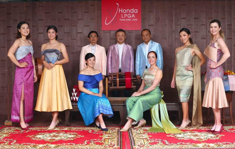 6 โปรกอล์ฟสาวระดับโลก ร่วมสวมชุดผ้าไหมไทย