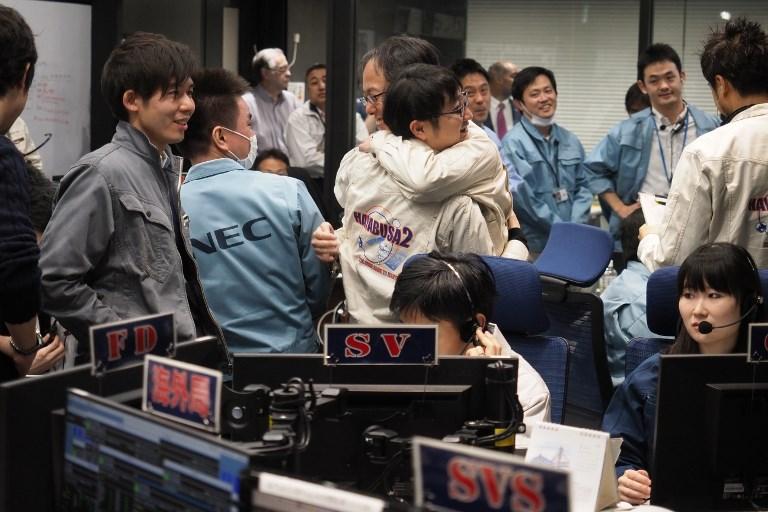 เจ้าหน้าที่แสดงความตื้นตันและยินดีต่อความสำเร็จในการส่งยานลงจอดพื้นผิวดาวเคราะห์น้อย (Handout / ISAS-JAXA / AFP )