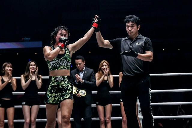 """""""แสตมป์"""" อัดสาวมะกัน ซิวแชมป์โลกมวยไทย ประกาศศักดาครอง 2 เข็มขัด วัน แชมเปียนชิพ"""