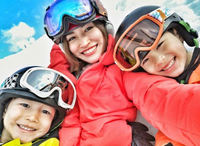 """แฟนคลับชมเปาะ """"น้องพูม่า-น้องแพนเตอร์"""" ลูกชาย """"ปีเตอร์-พลอย"""" เล่นสกีพลิ้วมาก (คลิป)"""