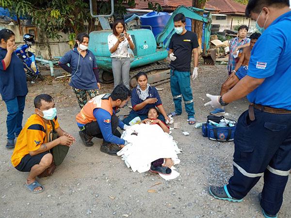 สาวพม่าท้องแก่ เจ็บท้องไปไม่ถึง รพ.คลอด ริมถนนโชคดีปลอดภัยทั้งแม่และลูก