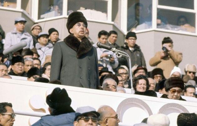 สมเด็จพระจักรพรรดิฮิโรฮิโตะ เสด็จฯในพิธีเปิดโอลิมปิกฤดูหนาวในปี 2515 ที่เมืองซับโปโร