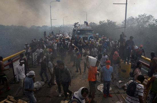 ขบวนคาราวานความช่วยเหลือจากต่างชาติปะทะกับเจ้าหน้าที่ทหารบริเวณชายแดนเวเนซุเอลาอย่างรุนแรง เมื่อวันเสาร์ (23 ก.พ.) ส่งผลให้ผู้ประท้วงเสียชีวิต 2 คน และบาดเจ็บหลายร้อยคน