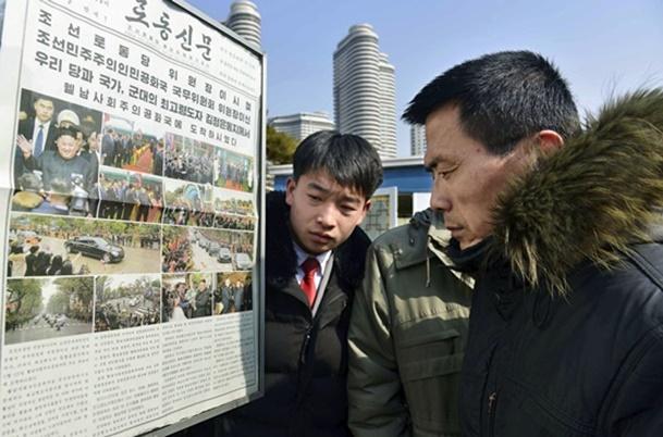 สำนักข่าวเกียวโดรายงานวันนี้(27) ถึงภาพประชาชนชาวเกาหลีเหนือกำลังอ่านหนังสือพิมพ์พรรคแรงงานเกาหลีรเหนือที่ถูกปิดประกาศในที่สาธารณะ