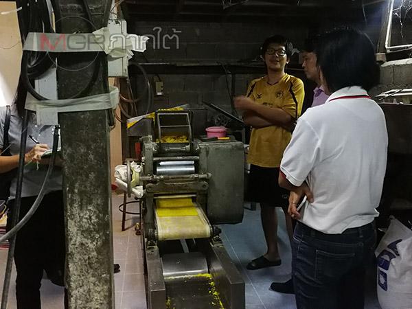 สสจ.สงขลา บุกตรวจโรงงานลอบผลิตหมี่เหลืองไร้ใบอนุญาต สั่งปิดไม่มีกำหนด