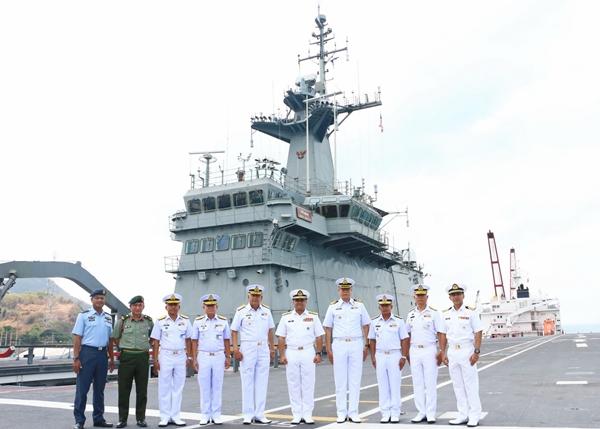 ทัพเรือไทย ต้อนรับ ผบ.ทร.มาเลเซีย บนดาดฟ้าเรือหลวงจักรีนฤเบศร