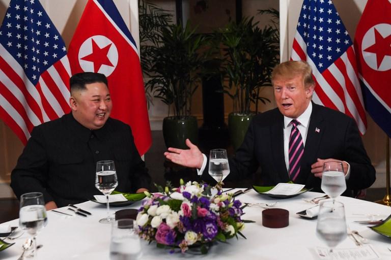 <i>คิม จองอึน ผู้นำเกาหลีเหนือ กับประธานาธิบดีโดนัลด์ ทรัมป์ ของสหรัฐฯ ขณะอยู่ที่โต๊ะอาหารค่ำ คืนวันพุธ (27 ก.พ.) </i>
