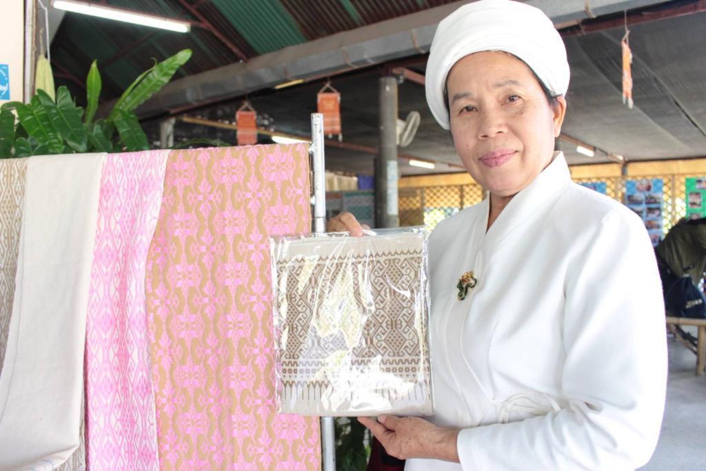 นางมาลี กันทาทรัพย์ ตัวแทนวิสาหกิจชุมชนกลุ่มแปรรูปผ้าฝ้ายทอมือ