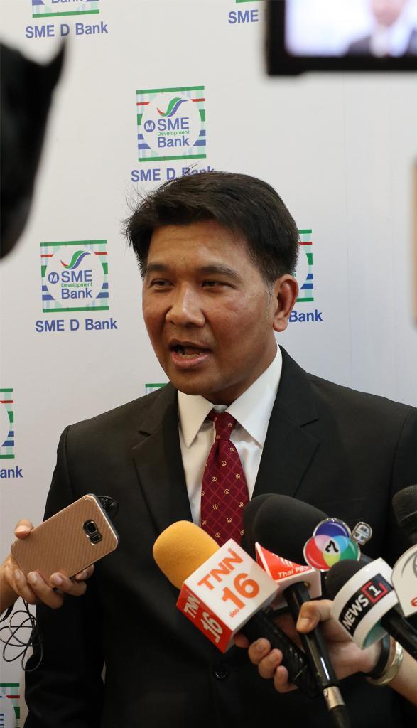 ผศ.ดร.ธนวรรธน์ พลวิชัย รองอธิการบดีอาวุโสวิชาการและงานวิจัย และผู้อำนวยการศูนย์พยากรณ์เศรษฐกิจและธุรกิจ มหาวิทยาลัยหอการค้าไทย