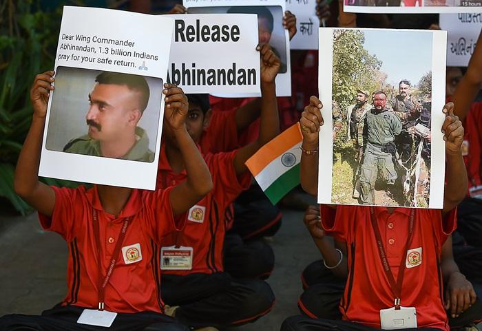 <i>นักเรียนชาวอินเดียสวดชุมนุมกันสวดมนตร์ที่โรงเรียนแห่งหนึ่งในเมืองอาห์เมดาบัดเมื่อวันพฤหัสบดี (28 ก.พ.) เพื่อขอให้ นาวาอากาศโท อภินันดัน วารธามัน นักบินอินเดียที่ถูกปากีสถานจับตัวไว้ภายหลังยิงเครื่องบินขับไล่ของเขาตก  ได้รับการปล่อยตัวโดยเร็ว  โดยที่พวกเขาถือภาพถ่ายจากคลิปวิดีโอซึ่งมีการเผยแพร่กันอย่างกว้างขวาง แสดงให้เห็นว่านักบินผู้นี้ถูกผู้คนกลุ่มรุมทำร้ายขณะถูกจับกุม โดยที่มีทหารปากีสถานเข้าไปห้ามปราม </i>
