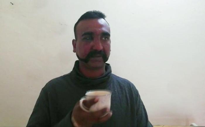 <i>ภาพถ่ายจากคลิปวิดีโอที่เผยแพร่โดยฝ่ายทหารปากีสถาน แสดงให้เห็น  นาวาอากาศโท อภินันดัน วารธามัน นักบินกองทัพอากาศอินเดียที่ถูกปากีสถานจับกุม กำลังจิบน้ำชา </i>