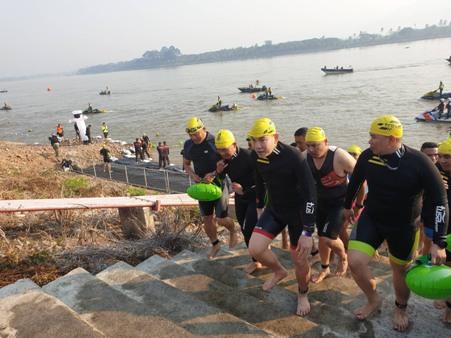 สุดยอด!คนเหล็กทั่วทิศแห่ร่วมโดดลงน้ำโขง แข่งไตรกีฬาสามเหลี่ยมทองคำคึกคัก