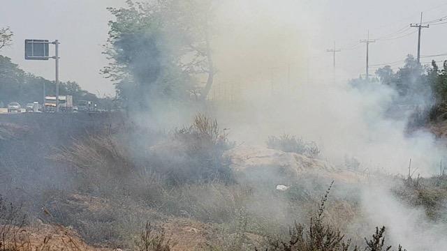 ไฟไหม้ป่าหญ้าริม ถนนสายเอเซียยาวกว่า 200 เมตร ควันไฟบดบังทัศนะวิสัยผู้ขับขี่