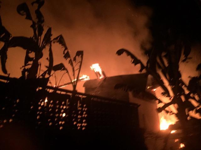ชาวบ้านกว่า 30 ชีวิต หนีตายหลังเกิดหตุไฟไหม้บ้านในขุมชนบางพลับ อ่างทองเสียหาย 5 หลัง คาดถูกวางเพลิง