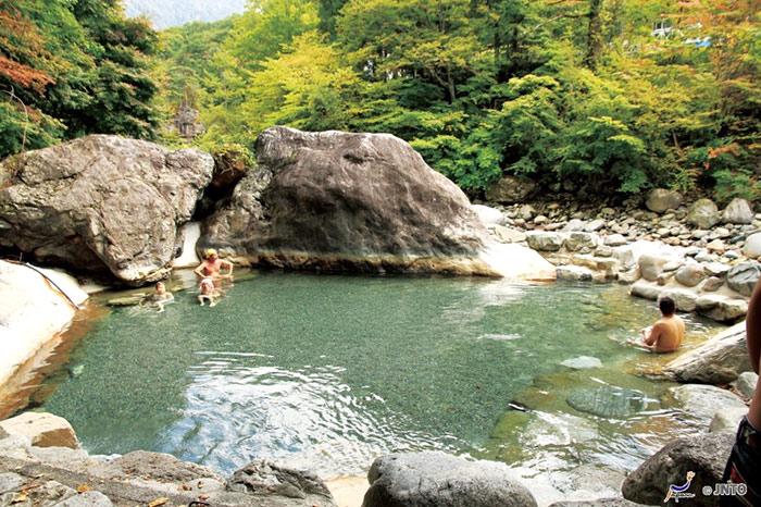 """แก้ผ้าแช่น้ำกับ """"5 ออนเซ็น""""ยอดฮิตในญี่ปุ่น"""