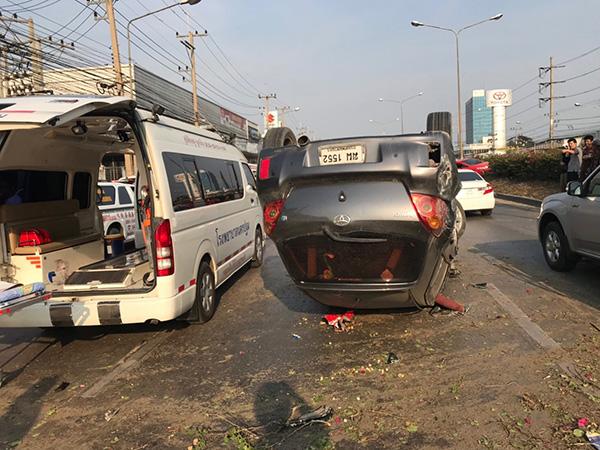 เกิดเหตุรถพ่วงชนเก๋งหลายคัน ดับ 2 ศพบาดเจ็บอีก 4 ราย