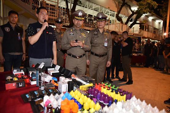 ตำรวจบุกตลาดนัดดังกลางกรุงเทพฯ 22 จุดจับขายบุหรี่ไฟฟ้า 30 ร้าน