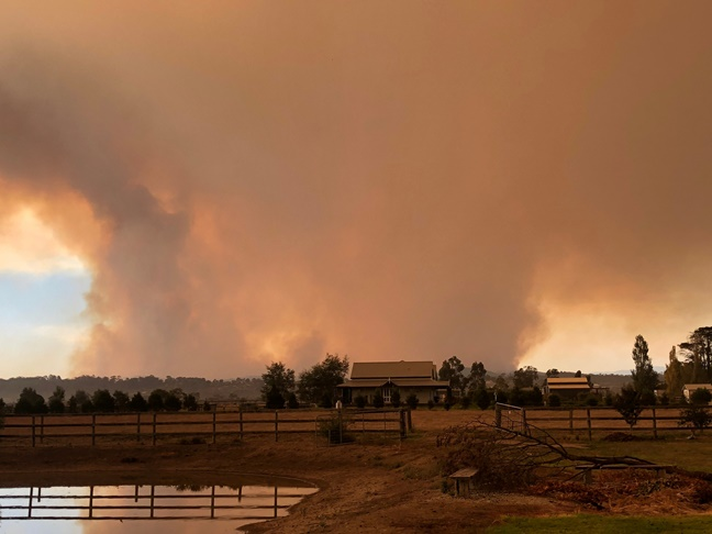 In Clips:ออสเตรเลียส่งดับเพลิง 2,000 นายดับไฟป่ารัฐวิคตอเรียที่ควบคุมไม่ได้ วอดไปแล้ว 9 หลัง เร่งสร้างแนวกันไฟรับพายุฟ้าผ่า