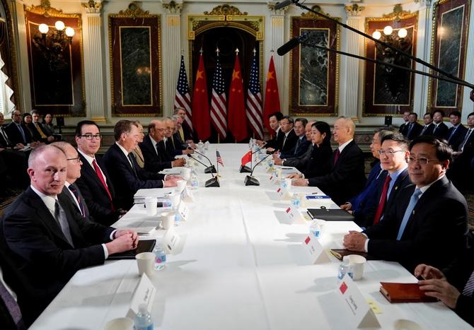 (แฟ้มภาพ) คณะผู้แทนเจรจาสหรัฐฯถ่ายภาพร่วมกับคณะผู้แทนเจรจาระดับสูงของจีน ก่อนเริ่มหารือทางการค้าอเมริกา-จีน ที่ทำเนียบขาวเมื่อวันที่ 21 กุมภาพันธ์ 2019
