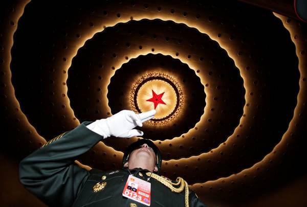 วงดุริยางค์ของกองทัพในพิธีเปิดการประชุมสภาผู้แทนประชาชนแห่งชาติจีน ณ มหาศาลาประชาชน กรุงปักกิ่ง วันนี้(5 มี.ค.) (ภาพ รอยเตอร์ส)