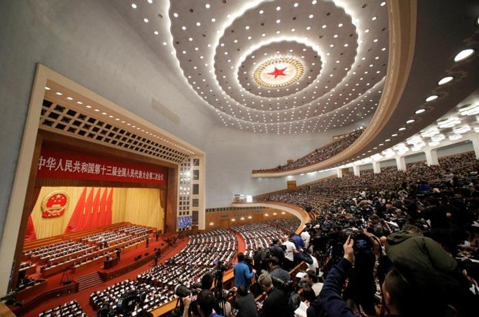 <i>บรรยากาศภายในมหาศาลาประชาชน ในกรุงปักกิ่ง  ซึ่งใช้เป็นสถานที่จัดการประชุมเต็มคณะประจำปีของสภาผู้แทนประชาชนแห่งชาติของจีน (รัฐสภาจีน) เมื่อวันอังคาร (5 มี.ค.) </i>