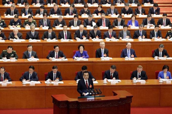 <i>นายกรัฐมนตรีหลี่ เค่อเฉียง ของจีน กล่าวรายงานกิจการรัฐบาล ในวาระเปิดการประชุมเต็มคณะประจำปีของสภาผู้แทนประชาชนแห่งชาติของจีน (รัฐสภาจีน) ที่กรุงปักกิ่ง เมื่อวันอังคาร (5 มี.ค.) </i>