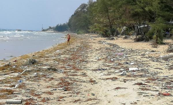 มาจากไหน !! ขยะผสมก้อนน้ำมันสีดำ ยังถูกคลื่นซัดเกยหาดแม่รำพึงต่อเนื่อง