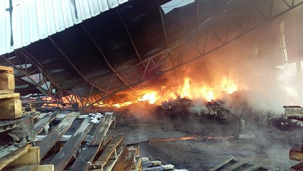 ด่วน !! เกิดเหตุเพลิงไหม้ รง.ทอผ้าใน จ.ชลบุรี ช่วงเช้ามืดที่ผ่านมาขณะนี้ยังควบคุมเพลิงไม่ได้
